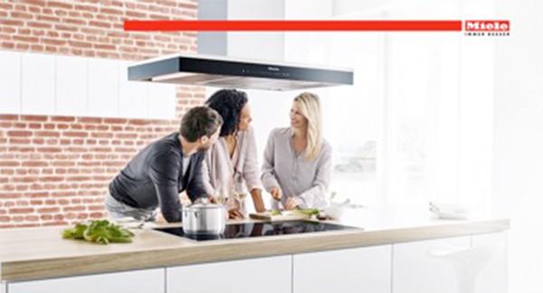 3 Erwachsene beim Kochen in Küche