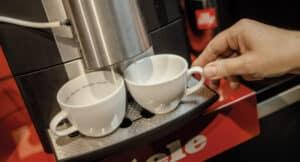Miele-Kaffeemaschiene bereitet 2 Espresso zu